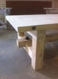 Balkentafel met H-onderstel met details Cabin Furniture, Furniture Projects, Rustic Furniture, Wood Projects, Diy Furniture, Woodworking Projects, Timber Table, Slab Table, Wooden Tables