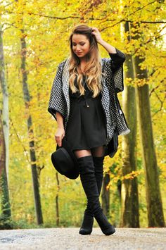 tenue cuissardes en daim noir robe noir gilet cape en laine motif pied de poule fall winter2014