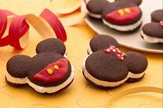 Le whoopie pies di Topolino e Minni sono delle deliziose tortine soffici al cacao, farcite con golosa panna montata; ideali per una festa di Carnevale