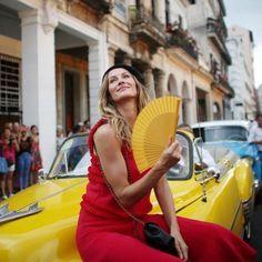 """Gisele chegou ao desfile da Chanel toda diva no """"cocotaxi"""" para assistir na primeira e única fila à Coleção Cruise Alto Verão 2017 #giselebundchen #chanel #cuba #havana #fashion #cliquefashion"""