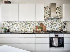 cocina papel pintado el color blanco y el estilo romntico se fusionan en este apartamento