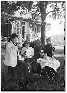 Three women drinking tea on the lawn, Vintage Pictures, Old Pictures, Old Photos, Belle Epoque, Cuppa Tea, Vintage Tea, Vintage Food, Vintage Party, Vintage Ladies