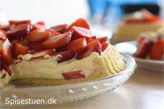 Mere kage med hyldeblomst :-D Jeg har brugt hyldeblomstsaft i cremen, og den smager så vidunderligt! :-) Tærtebunden er en blød kagedej bagt i en tærteform, jeg ikke rigtig har kunnet finde ud af, …