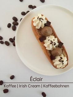 """Ein Klassiker in Frankreich von mir neu aufbereitet: Eclair """"Café"""" mit weißer Kaffeesahne, dunkler Kaffeecreme und Irish Cream Gelee."""