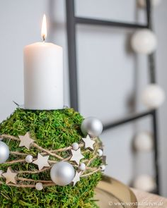 Moss ball as Advent arrangement - DIY decoration for the pre-Christmas period - make a moss ball yourself decorate advent Informations About Mooskugel als Adventsgesteck – DIY De - Pre Christmas, Christmas Crafts, Christmas Decorations, Holiday Decorating, Diy Candles, Pillar Candles, Diy Home Crafts, Crafts For Kids, Simple Crafts