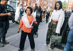 Phil Oh's Best Street Style Photos From London Fashion Week: Phil Oh is on the ground in London shooting the best looks outside Burberry, JW Anderson, and more of the top shows. Jw Anderson Bag, London Photos, Red Carpet Looks, Jeans Style, Fashion Photo, Fashion Outfits, Fashion Trends, Work Wear, Street Style