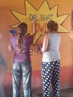 "Pintar Murales ""Dal Bhat Power"" #voluntariado #nepal"