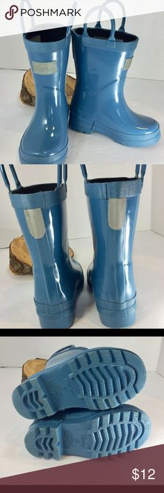 """Hatley Kids Toddler Rain Boot - Size 6 Good Used Condition Hatley Kids Toddler Rain Boots in unisex blue color.  Even though these boots have seen many puddles and mud, they still have many more splashes left!  The rubber and removable cushion comfort insole are easy to wash, and soles have excellent textured traction to keep your little one safe from slipping.  Easy slip on and off handles on each boot.      *SIZE: Gender Neutral Toddler 6c (Insole Length: 6.03"""") *BRAND: Hatley Camp Rain…"""