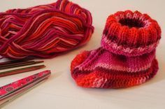 Heute möchte ich Euch zeigen, wie man schnell ein paar Babyschuhe stricken kann… Today I want to show you how to knit some baby shoes quickly. You need about 25 g of sock yarn, a double-needle … Baby Knitting Patterns, Knitting For Kids, Crochet Patterns, Knit Cardigan Pattern, Baby Cardigan, Knit Baby Booties, Baby Boots, Sock Yarn, Cute Baby Clothes
