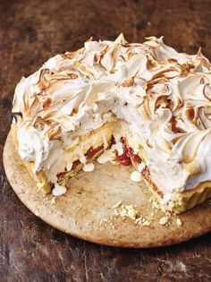 The marriage of two delicious desserts – banoffee pie and baked Alaska – from Jamie Oliver's Christmas Cookbook resulted in this Banoffee Alaska recipe. Christmas Pudding, Christmas Desserts, Christmas Holiday, Pavlova, Torta Banoffee, Baked Alaska, Almond Pastry, Cookies Et Biscuits, The Best