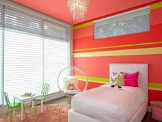 chambre enfant avec mur corail rayé jaune et vert et lit blanc