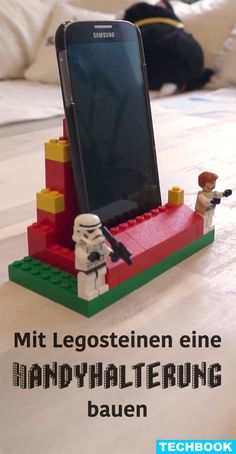 Build a cellphone holder with Lego bricks- Mit Legosteinen eine Handyhalterung bauen Your smartphone is always everywhere and nowhere? Simply build a holder for your desk or shelf from Lego bricks. Then the device always has its place. Easy Crafts To Sell, Diy Projects To Sell, Diy Home Crafts, Sell Diy, Lego Duplo, Smartphone, Lego Hacks, Hacks Diy, Diy Para A Casa