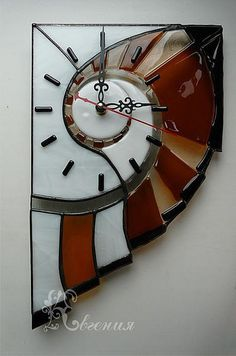 Love this clock Clock Art, Clock Decor, Verre Design, Glass Design, Stained Glass Projects, Stained Glass Patterns, Fused Glass Art, Stained Glass Art, L'art Du Vitrail