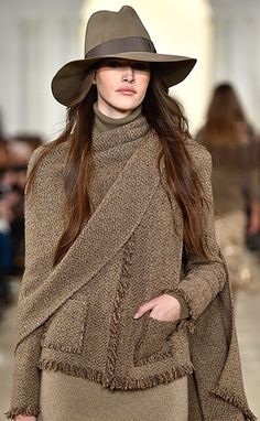Ralph Lauren Collection Fall 2015 Ready-to-Wear: Rich textures, interesting dimensions and artisanal details - what's not to like about the fabrics, texture, color and hat - très chic Estilo Fashion, Moda Fashion, Womens Fashion, Fashion Shoes, Ralph Lauren Style, Ralph Lauren Collection, Moda Outfits, Fall Fashion Trends, Look Chic