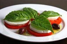 A caprese salad or a insalata caprese is a simple salad consisting of fresh tomatoes, Salade Caprese, Tomato Caprese, Caprese Salad Recipe, Salad Recipes, Tomato Basil, Tomato Mozzarella, Tomato Salad, Summer Recipes, Great Recipes