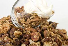 Colazione ricca con yogurt, noci e granola