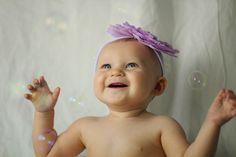 De una cosa podemos estar seguros y es que definitivamente a los niños ¡les encantan las burbujas!Desde que son pequeños podemos ver su fascinación ante estas bailarinas voladoras que desaparecen si las llegas a tocar, por eso no es raro que este sea uno de los juegos que nos recomiendan los expertos de …