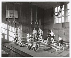 Gymles 1958..... en wat vond ik het erg als we bij het binnenkomen van de gymzaal zo'n soort 'opstelling' zagen...... ik was hier vreselijk slecht in.....