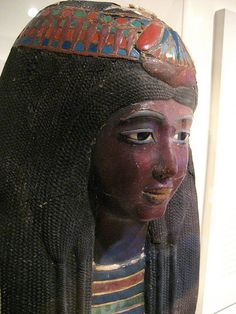 Lady Ka-nefer-nefer close-up of her water lily diadem. The forehead braids were protected from the metal by a red fabric cushion underneath the central water lily. Ancient Art, Ancient Egypt, Ancient History, Egypt Makeup, Art Afro, Egypt Mummy, Canopic Jars, Old Egypt, Black History Facts