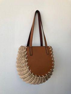 Leathercraft Crochet Tote Bag - My Bag Ideas Mode Crochet, Crochet Shell Stitch, Crochet Tote, Crochet Handbags, Crochet Purses, Crochet Pattern, Leather Craft, Leather Bag, Leather Totes