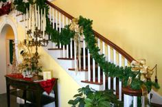 BEYOND THE FRONT DOOR: Christmas Decor for the Staircase in your Home #christmas #christmasdecor #christmaspartydecor #christmasstaircase
