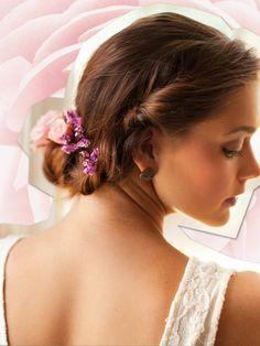 Eingerollt mit NackenduttDieser Look passttoll zu wallenden Hippiekleidern oder Empire-Roben. Die eingerollten Haare steckt man einfach mit ein paar Bobby-Pins fest. Ein paar saisonale Blumen ins Haar, fertig. Wer keine Blumen mag, kann die Frisurauch mit einem schönen Haarband pimpenoder einfach sämtliche Deko weglassen.