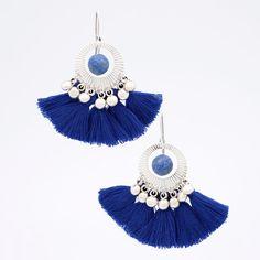 Nouveau Tutoriel Bijoux de Perles Corner Une belle invitation aux voyages avec ces BO aux influences bohèmes. Elles sont ornées de perles de Lapis Lazuli givrées et de pompons qui apportent du volume et de la couleur.@perlescorner #DIY #tutoriel #bijoux #