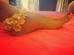 Totally crushing over this simple yet stunning anklet with yellow flowers and pearl details Bridal Shoes, Bridal Jewelry, Wedding Season, Wedding Day, Anklet Designs, Haldi Ceremony, Flower Stands, Bride Look, Indian Bridal