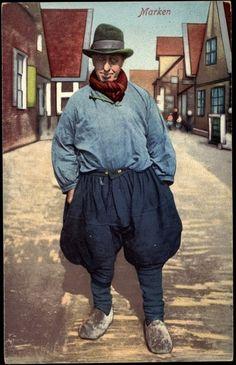 Postcard Marken ♥Niederlande, Mann in lokaler Tracht im Ort ... Dutch trousers. Brilliant