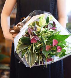 NanaはInstagramを利用しています:「#根付きブーケレッスン もあと数日で終わりです! 今季は花材が少ない中でとても素敵な作品を皆さん作ってくれています♡ 花束を抱えて帰る姿は何度見ても嬉しくなっちゃいます(*´˘`*)♡ #Bouquetwiththeroot #花で免疫力アップ…」 Table Decorations, Furniture, Instagram, Home Decor, Decoration Home, Room Decor, Home Furnishings, Home Interior Design, Dinner Table Decorations