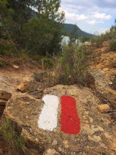 Reto visual 3. Elemento que funciona como un signo. Marca roja y blanca que indica el recorrido del camino hacía Valbona y Mora de Rubielos. #retovisual0911 #pu0911