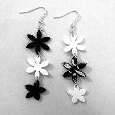 * MATÉRIEL * Pour réaliser ces boucles d'oreilles, il vous faut : – du plastique dingue noir / blanc – 2 perforatrices fleurs (motifs environ 5 et 3 cm de diamètre) – 1 perforatrice à un trou (idéalement, une pince) – des anneaux et des attaches à boucles d'oreille – des pinces de bijouterie (ou …