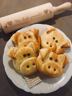 Good luck pig made of quark - oil - dough - Silvester - Bento Ideas Raclette Originale, Low Carb Recipes, Snack Recipes, Bread Shaping, Snacks Für Party, Food Humor, Popular Recipes, Creative Food, Crack Crackers