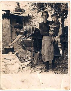 1944. H μαγειρική γινόταν έξω από το σπίτι όπως και τα μαγειρικά σκεύη… Greece Pictures, Old Greek, Greece Photography, Greek Design, Greek History, Photographs Of People, Yesterday And Today, Athens Greece, Ancient Artifacts