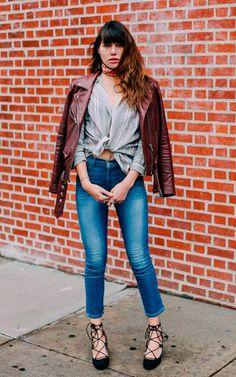 Street style look com camisa listrada nó e calça jeans.