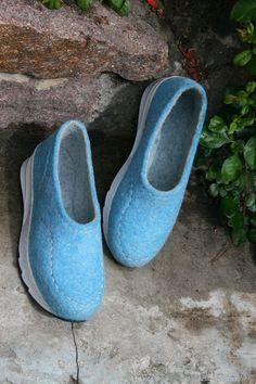 Felt Boots, Wool Shoes, Fancy Shoes, Knitted Slippers, How To Make Shoes, Nuno Felting, Felt Art, Hat Making, Wool Felt