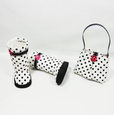 Polka dot boots and matching purse for AG dolls: velcro fasteners in the back and black foam outer soles. The interior is lined. These boots are well constructed with great focus on craftsmanship. The purse is fully lined with white fabric and closes with velcro. Front and back have inverted pleats and decorated with magenta pink flowers.