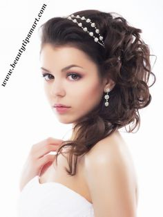 These stunning wedding hair pieces are the perfect finishing touch for your big day! We share 20 of the prettiest wedding hair pieces ever made. Curly Wedding Hair, Hairdo Wedding, Wedding Hair Pieces, Wedding Headband, Bridal Tiara, Bridal Headpieces, Side Hairstyles, Headband Hairstyles, Bridal Hairstyles