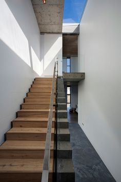 Modern Stairs // wood stairs with concrete edge & steel handrails at the Pearl Bay residence / Gavin Maddock Design Studio Design Studio, House Design, Villa Architecture, Escalier Design, Concrete Stairs, Wood Stairs, Stair Handrail, Modern Stairs, Interior Stairs