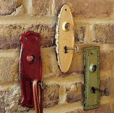 Use old key holder plates and skeleton keys for coat hangers, purse hangers, key hangers, etc. I love keys and collect key chains:) Cles Antiques, Old Keys, Antique Keys, Coat Hanger, Coat Racks, Vintage Walls, Vintage Hooks, Vintage Decor, Vintage Coat