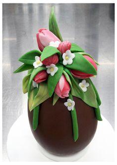 Uova di Pasqua decorate con pasta di zucchero.