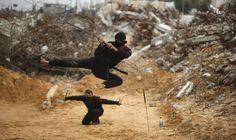 Jóvenes palestinos salta con una espada al estilo del ninja en el norte de la Franja de Gaza. REUTERS/Mohammed Salem
