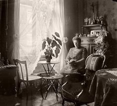 Beautiful Priscillas, /Victorian and Edwardian Interior – 38 Rare Photos Show Everyday Life of People in Their Houses Over 100 Years Ago ~ vintage everyday Victorian Parlor, Folk Victorian, Edwardian House, Victorian Life, Victorian Photos, Victorian Decor, Edwardian Era, Victorian Curtains, Victorian History