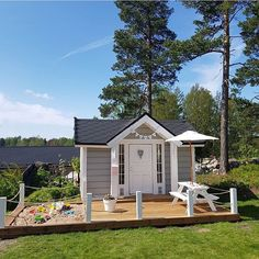 Underbar lekstuga och vad smart att ha sandlåda på altanen Credit: @villahilla Kids Cubby Houses, Kids Cubbies, Play Houses, Kids Outdoor Play, Backyard For Kids, Child Friendly Garden, Outdoor Picnic Tables, Farm Shed, Playhouse Outdoor