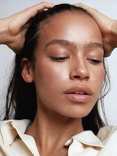 A preparação é a chave: E isso vale para todos os tipos de pele, viu? Escolha primers que dão uma forcinha na duração dos produtos e ainda mantêm a pele sequinha ao longo do dia. Se quiser uma make mais natural, dá para aplicar o primer antes do bb cream ou protetor solar com cor.