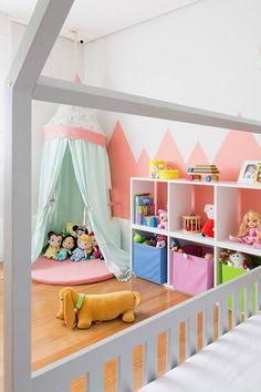 A Helena ganhou um lindo quartinho novo. A cama casinha da Ueh!? Design é o grande destaque da produção assinada por Karen Pisacane. Vem ver mais fotos!