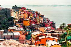 MANAROLA – ITALIA La belleza de Cinque Terre no se discute, ni tampoco la sorprendente variedad de colores de sus casas de campo con vistas al mar. Manarola es una aldea de la ciudad de Riomaggiore y con sus callejuelas estrechas, vistosos edificios, la Vida Belvedere y su bajada al mar es una pequeña joya que se tiene que visitar por lo menos una vez en la vida. Y sí, es una de las ciudades con más colores del mundo. Así que aprovecha y escápate unos días.