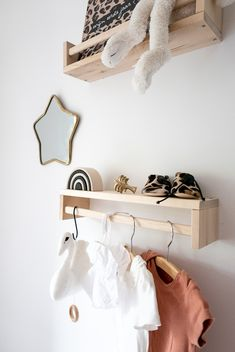 Styling girlsroom nursery with star mirror and boho details and brick colours