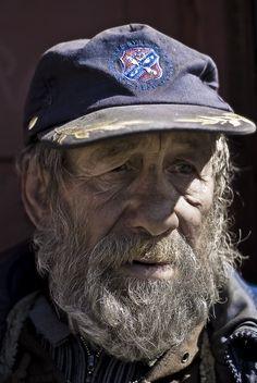 Personaje: El vagabundo - Un hombre viejo, feo y sucio. Es muy pobre pero es sabio y manipulativo.