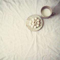 «今日のおやつ。 白×白の白いおやつ。  ホットミルクとブールドネージュという無印良品のお菓子。 白い雪の玉という名前。  遠く北の地で暮らすわたしたちを気にかけて、お義母さんがいろいろなものをたびたび送ってくれる。 そのなかにしぶいお菓子が入ってるのだけど、時々…無印良品のお菓子も。…»